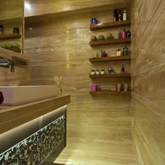 walk in closet:  Bathroom by ZERO9