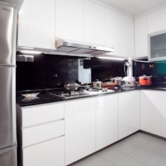 Modern Kitchen : modern Kitchen by VOILÀ Pte Ltd