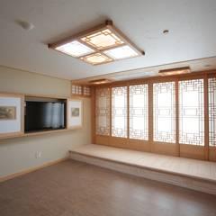 Salas de estar asiáticas por 한옥공간