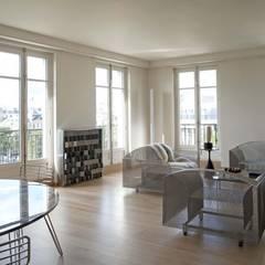 Appartement contemporain, Paris 8éme: Salon de style  par Agence Manuel MARTINEZ