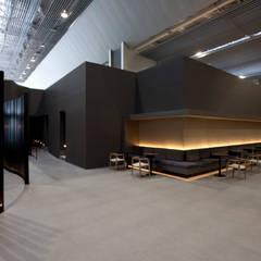 GRU First Class/Executive Lounge: Aeroportos  por Leticia Nobell Arquitetos