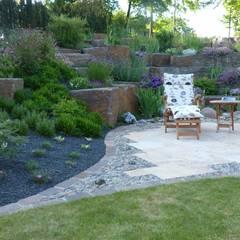 Jardines con piedras de estilo  por Gärten für Auge und Seele