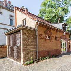Ansicht Kutscherhaus der Villa Viktoria:  Garage & Schuppen von Wohnwert Innenarchitektur