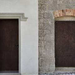 CASTELLO CECONI - ESTERNI: Finestre in stile  di Elia Falaschi Photographer