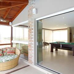 Garajes y galpones de estilo rústico por Graça Brenner Arquitetura e Interiores