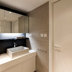MJ's RESIDENCE:  Bathroom by arctitudesign, Minimalist