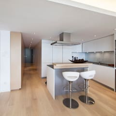 MJ's RESIDENCE:  Kitchen by arctitudesign, Minimalist