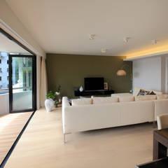 MJ's RESIDENCE:  Living room by arctitudesign