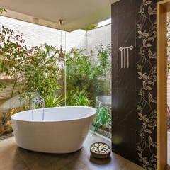 G Farm House:  Bathroom by Kumar Moorthy & Associates