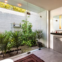 G Farm House:  Bathroom by Kumar Moorthy & Associates