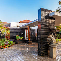 G Farm House:  Garage/shed by Kumar Moorthy & Associates