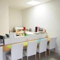 i cafe: オオハタミツオ建築設計事務所が手掛けた壁です。
