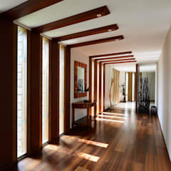 PRIVATE RESIDENCE AT KERALA(CALICUT)INDIA:  Corridor & hallway by TOPOS+PARTNERS,