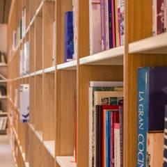 Bibliothèque Gérard Pélisson - Institut Paul Bocuse: Ecoles de style  par Studio Rémi BOUHANICHE