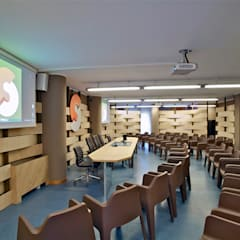 Sala conferenze CM: Sala multimediale in stile  di Fabio Gianoli