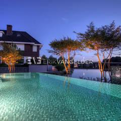 Avondbeeld bijzonder maatwerk zwembad:  Zwembad door ERIK VAN GELDER | Devoted to Garden Design