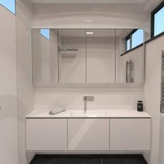 Badkamerkast 'White': minimalistische Badkamer door AD MORE design