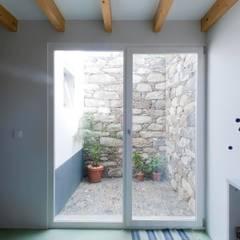 Quinta H   eco-remodelação  Madeira Janelas e portas rústicas por Mayer & Selders Arquitectura Rústico