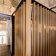 MACHIAVELLI: Spogliatoio in stile  di MOB ARCHITECTS