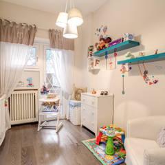 COVIELLO: Stanza dei bambini in stile  di MOB ARCHITECTS