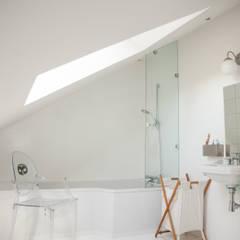 Une salle de bain ton sur ton: Salle de bains de style  par mllm