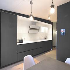 LOFT_cuisine/salle à manger: Cuisine de style  par GRUPA HYBRYDA