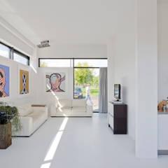 Villa Nieuw Oosteinde:  Woonkamer door Engel Architecten