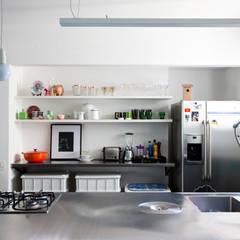 APTO ANTONIO CARLOS: Cozinhas  por Mauricio Arruda Design