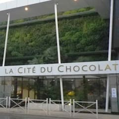 à la source du grand chocolat, jardins de la Cité du chocolat de Valrhona: Centre d'expositions de style  par ATELIER CHARDON PAYSAGES