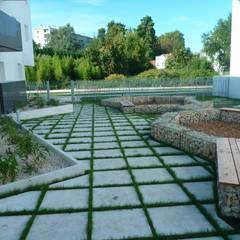 Les jardins de Divona: Jardin de style  par Atelier du sablier