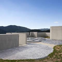 A house on the cliff: studio_GAON의  베란다