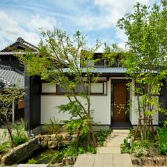 アプローチと玄関: 石井智子/美建設計事務所が手掛けた家です。