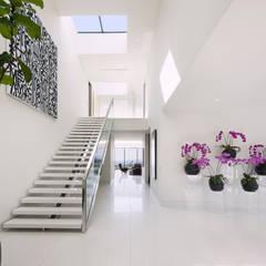 SUNSET STRIP RESIDENCE :  Corridor & hallway by McClean Design