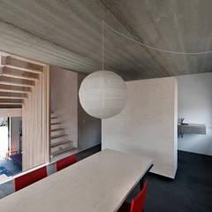 universal house:  Woonkamer door groenesteijn  architecten