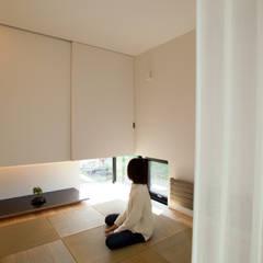 Salas multimedia de estilo  por 一級建築士事務所 Atelier Casa