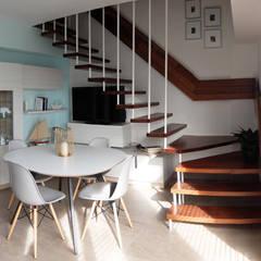 Diseño y reforma integral apartamento dúplex en El Perelló, Valencia: Pasillos y vestíbulos de estilo  de PEANUT DESIGN STUDIO,