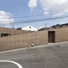 地形に寄り添う家: 一級建築士事務所ROOTEが手掛けた家です。