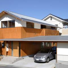 道路側外観: 三宅和彦/ミヤケ設計事務所が手掛けたガレージです。