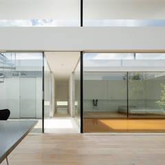 明るいリビング: TNdesign一級建築士事務所が手掛けた家です。