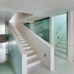 Jellyfish House:  Gang en hal door Wiel Arets Architects
