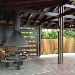 AUTOR DO PROJETO DE UM GAZEBO PARA CHURRASCO( АВТОРСКИЙ ПРОЕКТ БЕСЕДКИ ДЛЯ БАРБЕКЮ ): Terraços  por D O M   Architecture interior