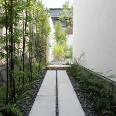 Jardines de estilo  por Sakurayama-Architect-Design