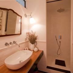 Bathroom A: Bagno in stile in stile Industriale di Anomia Studio
