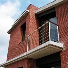Balcony on SouthWest façade Moderne Häuser von FG ARQUITECTES Modern