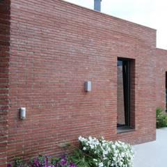 West façade, terrace Moderne Häuser von FG ARQUITECTES Modern