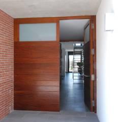 Access door Moderne Häuser von FG ARQUITECTES Modern