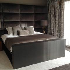 bed met maatwerk headboard:  Slaapkamer door choc studio interieur