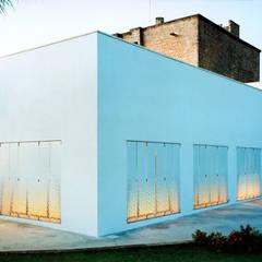 ESTERNO: Finestre in stile  di Peter Pichler Architecture