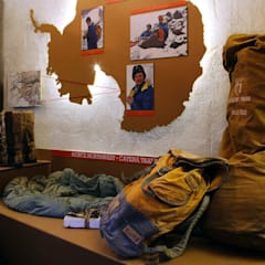 Museo dell'alpinista: Musei in stile  di Nardi Mobili in Cartone