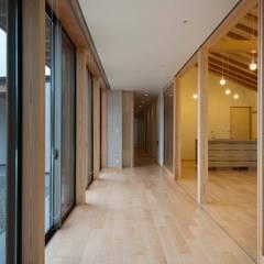Livings de estilo  por 家山真建築研究室 Makoto Ieyama Architect Office, Ecléctico